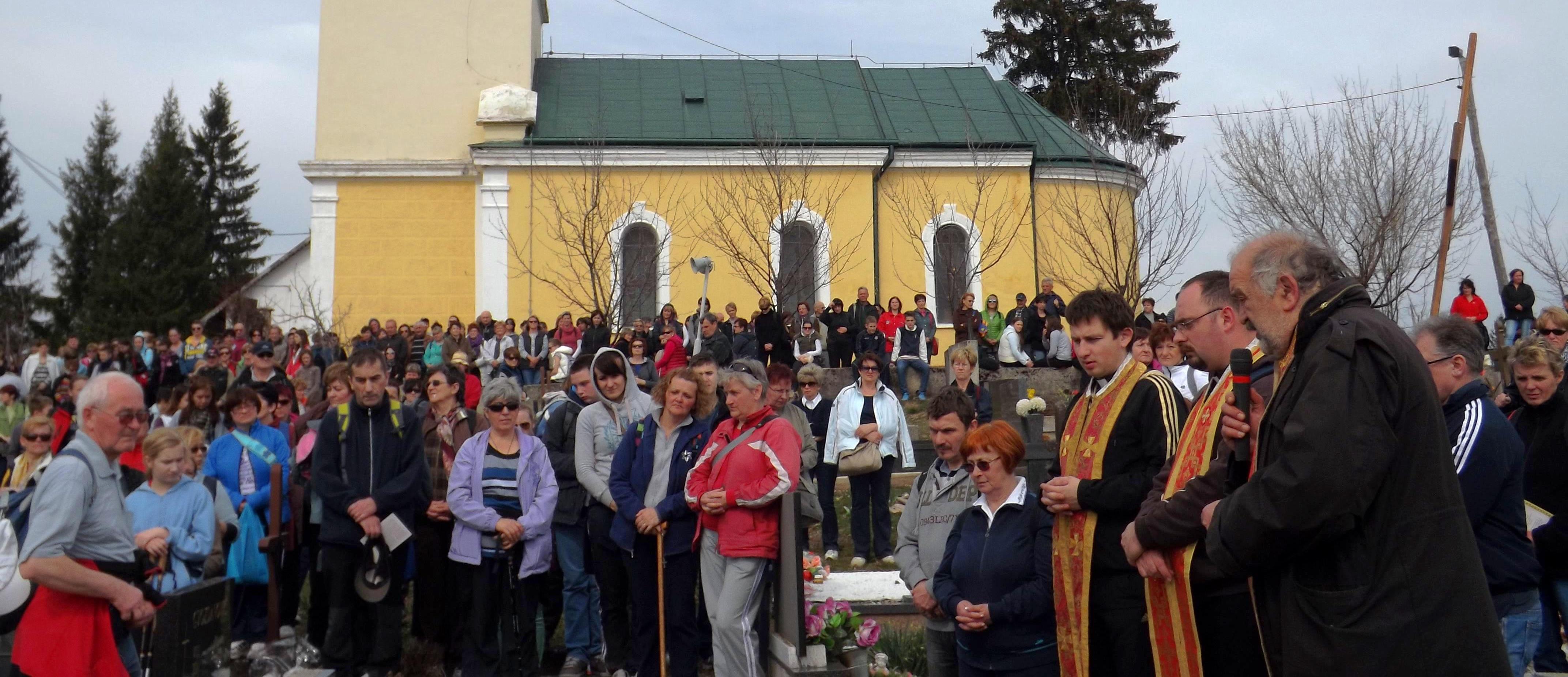 Više stotina sudionika Križnog puta na grobu mučenika dr. Ivana Šimraka u Grabru