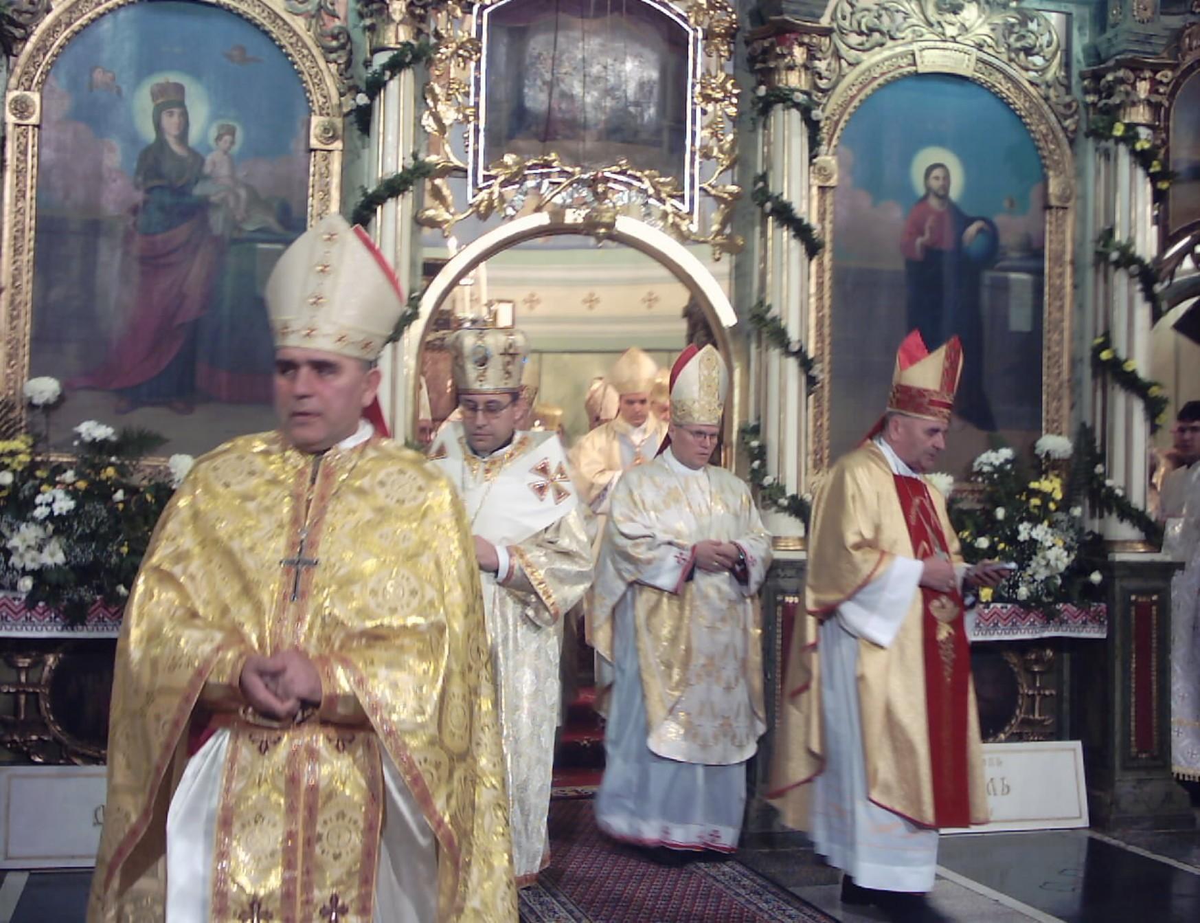 Biskupima latinskog obreda na zagrebačkom području dopušteno je na liturgijama nositi istočno ruho