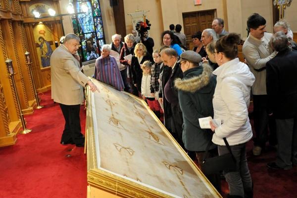 U brojnim grkokatoličkim crkvama diljem Amerike izložene su replike Torinskog platna