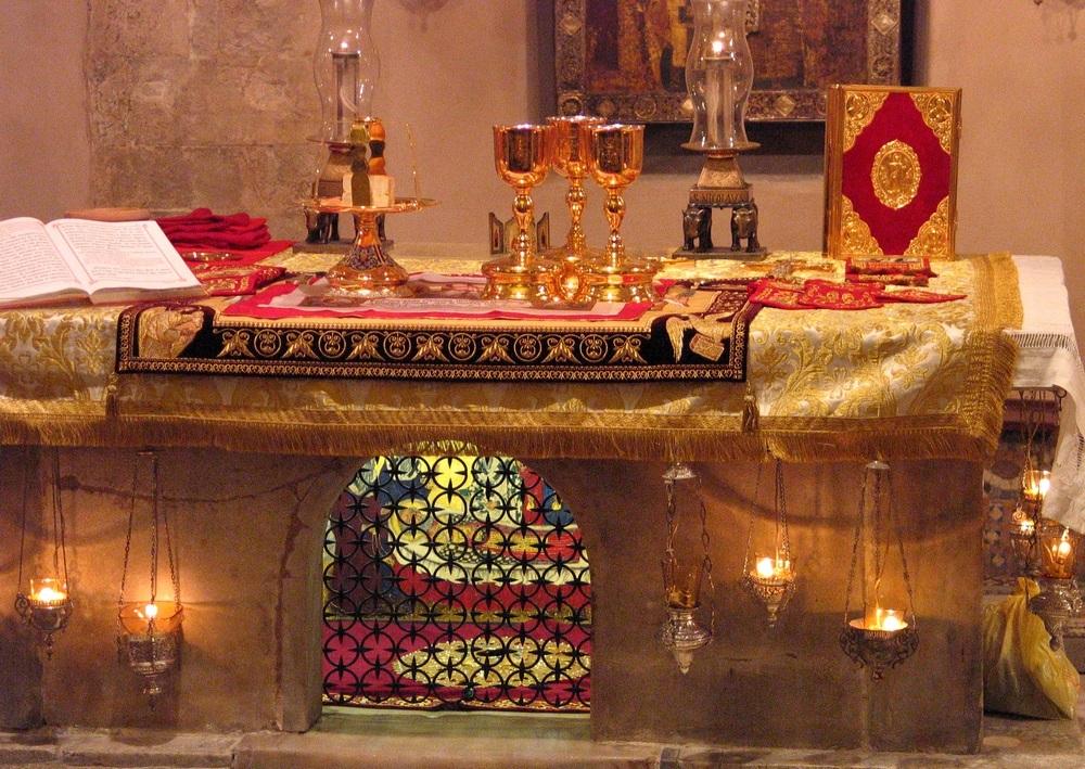 Iz stoljećima suhih kostiju Svetog Nikole u Bariju istječe mirisno ulje