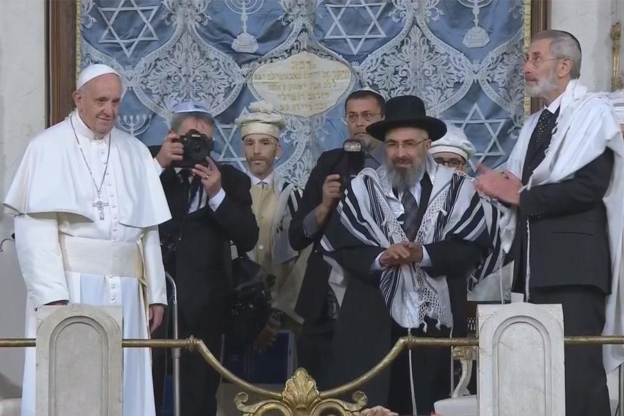 Papa u rimskoj sinagogi: Židovi i kršćani moraju se osjećati braćom