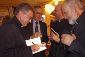Vladika Kiro Stojanov potpisuje svoju novu knjigu