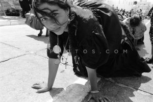 Pilgrims crawling to the church of the Virgin Mary in Tinos Island. The pilgrimage takes place every year on the 15th of August, day of the Dormition of the Virgin Mary, Greece 15.08.1990 / Ðñïóêýíçìá óôçí Ðáíáãßá ôçò ÔÞíïõ, 15.08.1990