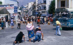 Grupa vjernika na ulicama Tintosa na koljenima prolazi do crkve
