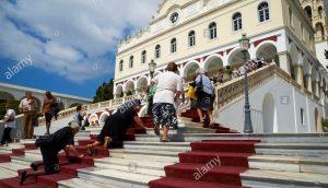 Vjernici se na koljenima penju do crkve