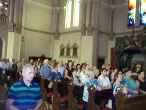Vjernici u podboskoj crkvi