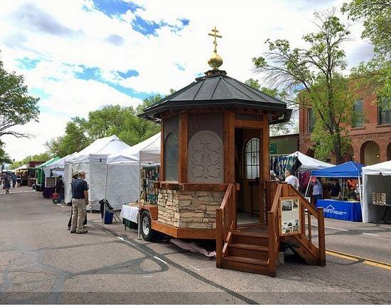 Svećenik izradio kapelicu na kotačima pa upoznaje Amerikance sa istočnim obredom