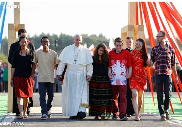 Papa Franjo mladima: Ne skrivajte se iza ekrana