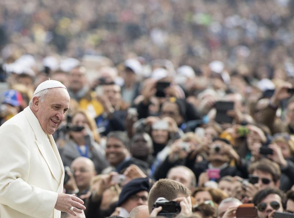 Papa objasnio značenje bijele haljine i krsne svijeće koji se daju tijekom sakramenta krštenja