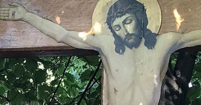 Tijekom molitve za obitelj zamirotočio Isusov križ