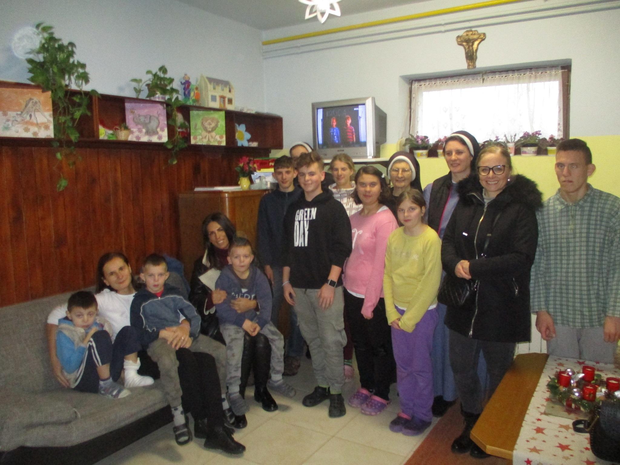 Modna dizajnerica Kristina Jelenić Burja darovala djecu u domu časnih sestara Bazilijanki u Križevcima