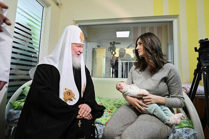 Ruski patrijarh na Božić po Julijanskom kalendaru posjetio malene bolesnike