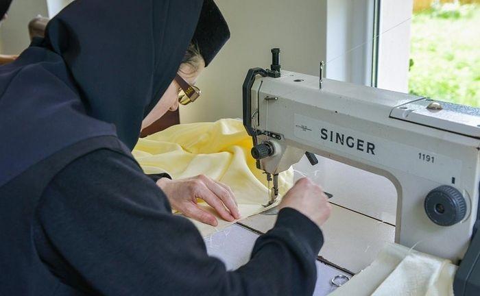 Monahinje šivaju zaštitne maske za vjernike