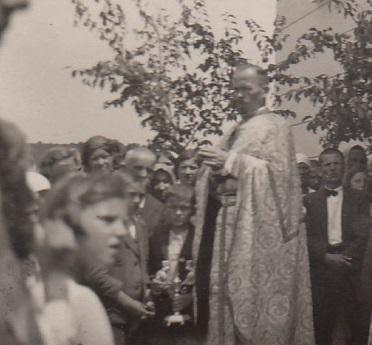 U iznimnim situacijama dopušteno je proštenjarske liturgije na području vikarijata služiti izvan crkve