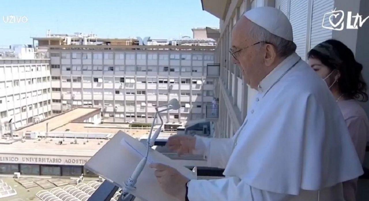 Papa Franjo održao Angelus s bolničkog balkona: Molimo za sve bolesne!